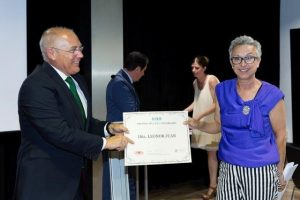 juan-julia-presidente-comision-cientifica-cegea-entrega-premio-a-leonor-juan
